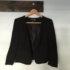 Forever21 Cropped Blazer EUC cropped blazer. Good for casual outfit or office outfit. Used a few times. Message me if you need more photos. Comes from smoke free, pet-loving home. Forever 21 Jackets & Coats Blazers