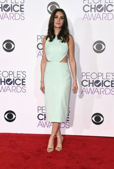 Alison Brie from 2016 People's Choice Awards Red Carpet Arrivals The Community and Mad Men star opts for a soft green dress from Cushnie et Ochs Alison Brie, Celebrity Red Carpet, Celebrity Look, Celeb Style, Nice Dresses, Dresses For Work, Long Curls, Choice Awards, Red Carpet Looks