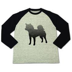 柴犬ポリゴン | デザインTシャツ通販 T-SHIRTS TRINITY(Tシャツトリニティ) 一見、普通のシルエットですが、3Dで特有のポリゴンが入り、ちょっと立体的に見えるクリエィティブなしばいぬTシャツ。犬のグッズが好きな方や柴犬好きの方はいかがですか?柴犬のラグランTシャツ。