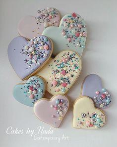 valentines day cookies Cakes By Nada Najjar on Ins - Cupcakes, Cookies Cupcake, Galletas Cookies, Fancy Cookies, Heart Cookies, Iced Cookies, Cute Cookies, Royal Icing Cookies, Summer Cookies