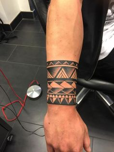 desenho de bracelete maori em tatuagem masculina