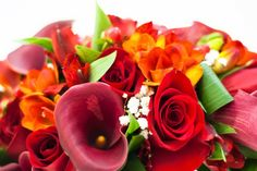 Rojo y naranja, pasión y felicidad. Ramo de novia de calas, rosas, fressias y alstroemerias #ramodenovia #bodas