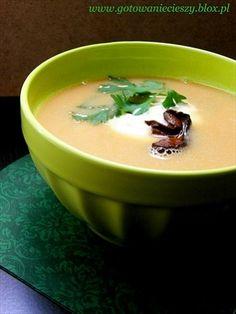 Nie wyobrażam sobie Wigilii bez tej zupy. W zasadzie jadam ją tylko w Wigilię. Zapach gotowanych grzybów kojarzy mi się nieodłącznie z dzieciństwem, kiedy