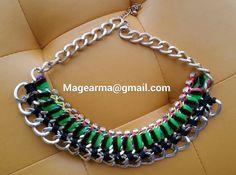 Collar de cadenas en tonos verdes y negro