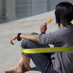 Chairless, la sedia che si indossa come una cintura http://www.design-miss.com/chairless-la-sedia-che-si-indossa-come-una-cintura/ Dimenticate seduta e schienale: Chairless è una #sedia fuori dal comune…