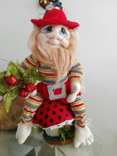Duende manualidad con rostro faccionado Holiday Ornaments, Holiday Decor, Elves And Fairies, Fabric Dolls, Merry And Bright, Elf On The Shelf, Gnomes, Fairy, Teddy Bear
