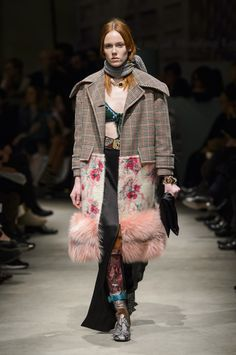 Here, see every look from the Milan Fashion Week Prada Fall 2017 runway show. Fashion Over, Diy Fashion, Runway Fashion, Ideias Fashion, Winter Fashion, Fashion Show, Womens Fashion, Fashion Tips, Fashion Trends