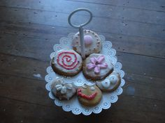 Shabby Chic biscuits made by my 11 year old daughter. Biscuits, Shabby Chic, Daughter, Christmas Ornaments, Holiday Decor, Projects, Diy, Home Decor, Crack Crackers