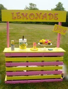 25 Effortless DIY Lemonade Stand Ideas Making Your Summer Parties Refreshing! Kids Lemonade Stands, Lemonade Stand Sign, Decoration Cocktail, Hot Dog Stand, Frozen Lemonade, Old Pallets, Pallet Creations, Diy For Kids, Party Time
