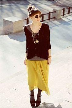 黄色・からし色のスカートのコーデ