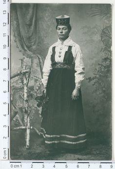 Eesti muuseumide veebivärav - Karja khk naisterahvas pühapäevariideis 1906