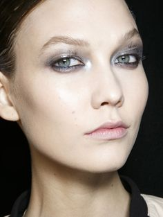 Make-uptrend voor dit najaar: metallics Elle Fashion, Donna Karan, Makeup Trends, New Trends, Eyeliner, Metal, Face, How To Make, Beauty