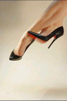Black Pointed toe pumps. Tacchi Close-Up #Shoes #Tacones #Heels