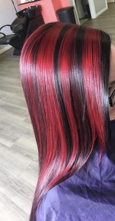 Dark hair with red chunky highlights Chunky Blonde Highlights, Blonde Hair With Highlights, Caramel Highlights, Red Highlights, Red Hair Inspo, Hair Color Streaks, Cool Hair Color, Dark Hair With Color, Hairstyles Haircuts
