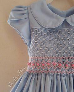 O mundo encantado do azul e rosa Duda-Flor. #pontosmock #princesas #casinhadeabelha #bordadoamão #handmade #maedemenina #parameninas #bebês #modainfantil #instababy #azul #lovedress #dress #lovekidsfashion #rococos