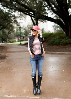 Loving the laid back look of this entire outfit. Perfect for those cold rainy days! Hunter boots, paired with a cute puffer, baseball cap and skinny jean. Rainy Day Outfit For School, Winter Outfits For School, Cute Winter Outfits, Spring Outfits, Casual Outfits, Cute Outfits, Fashion Outfits, Womens Fashion, Rainy Day Outfit For Spring