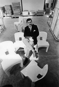 """Universale chair, model 4860 - KARTELL Joe Colombo fue un diseñador industrial italiano, aunque antes de todo fue pintor. Comenzó con la producción en masa de sus creaciones en 1963. Su primer diseño para Kartell fue también en ese año, siendo una silla llamada """"No. 4801"""" en tres piezas de madera contrachapada. Ha sido galardonado con numerosos premios : en la Trienal XIII, una medalla de oro y dos medallas de plata, el Compás d'Oro, el premio internacional de diseño, el Premio Tecnhotel."""