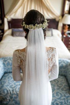 #velosdenovia #velos #novias #fabianluque Loose Bun Hairstyles, Wedding Hairstyles, Bridal Braids, Bridal Hair, Loose Chignon, Floral Crown, Bridesmaid, Wedding Dresses, Hair Styles