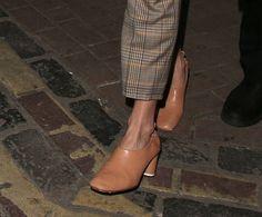 Le scarpe color carne sono il modello passepartout per l'Autunno Inverno 2017 2018 e si abbinano come fa Sienna Miller