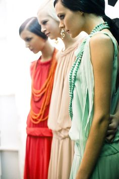 Tory Burch - Dress and necklace-love this flapper style :) Tory Burch, Fashion Weeks, Mode Pastel, Look Fashion, Fashion Beauty, Moda Blog, Flapper Style, 20s Flapper, Gatsby Style