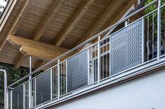 Talblick mit Wellengang:Ein Haus mit Blick auf das Inntal – so lässt es sich wohnen. Aber noch schöner wäre es mit ein bisschen Meer. MEVACO PRODUKTDATEN: Creativ Line Halbmond, Aluminium, 2,0 mm, nachträglich pulverbeschichtet Aluminium, Home Decor, Perforated Metal, Taps, Pipes, Steel, House, Nice Asses, Decoration Home