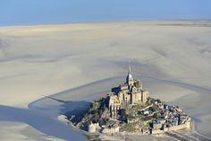 Mont Saint-Michel à marée basse dans le département de la Manche en Normandie
