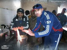Pic of the Day : England Cricket Team's @kevinPieterson Caught making Masala Chai in the kitchen.. #Ashes #Cricket