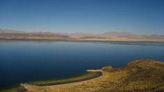 En la parte central del lago se encuentra una isla. Auténtico paraíso de vicuñas, vizcachas y picaflores, y desde sus partes altas se pueden observar las hermosas playas de arena fina que posee.