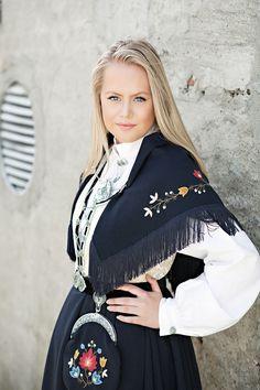 Rogalandsbunad Stavanger, Norwegian Clothing, Swedish Women, Natural Blondes, Medieval Dress, Folk Costume, World Cultures, Senior Photography, Traditional Dresses