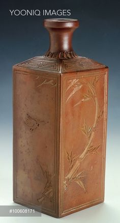 Rectangular Sake Bottle decorated with engravings of bamboo and a sparrow, produced in Bizen, 19th century, ceramic stoneware, height 20 cm. Japanese civilization, Edo period (1603-1868).