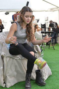 Direttamente dal set di #beforeidisappear la giovanissima Fátima Ptacek con #akkuarevolution #sneakers #barefoot #style
