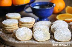 Snart er det påske, og da er det kjekt å ha noen deilige Appelsinkjeks på lur. Dette er enkle og veldig gode mørdeigskaker med mild appelsinsmak. Nyt dem med et lite melisdryss! Small Cake, Baileys, Macarons, Brownies, Hamburger, Bread, Candy, Cheese, Cookies