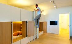Una estrategia clásica en términos de flexibilidad es sacar provecho de los techos altos, como en este apartamento en Knokke, Bélgica, de Sculp(it) Architecten