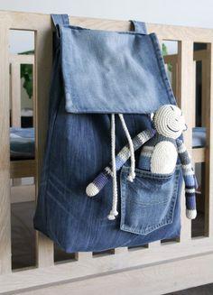 De perfecte speelgoedzak voor de box of ledikant, veilig voor kinderen !!! Deze zak is gemaakt van oude jeansstoffen die samen een heel mooi kleurbeeld geven. Goed te combineren met het boxkleed van jeansstof. Speelgoedzak is eenvoudig met klittenband aan de rand van box of ledikant te bevestigen. Lussen zijn ruim genoeg zodat hij past op verschillende maten boxen/ledikanten. Maat: 50 / 40 / 14 cm. Materiaal: jeans, 100 cotton, ijzeren ringen, klittenband. Wassen op 30 graden....