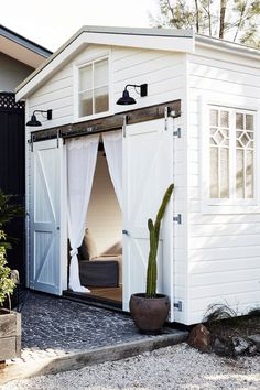 Converted from a motel to a luxury boutique hotel, The Bower defines everything we love about Byron Bay into one, laid-back location. Surf Shack, Beach Shack, Old Town Edinburgh, Byron Beach, Small Beach Houses, Cottage Windows, Little Barn, Porche, Backyard