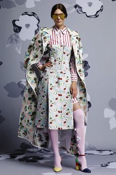 「トム ブラウン ニューヨーク」2015年リゾート サイケデリックなフローラルガーデン 「トム ブラウン ニューヨーク(THOM BROWNE NEW YORK)」2015年リゾートは、ブランドを象徴するグレーやネイビーのカラーパレットから一転、色鮮やかなフローラル柄のアイテムで溢れたコレクション。 プリントや刺繍、立体的なグログランを用いたアップリケなどさまざまな手法で描かれた花々が、漫画的でサイケデリックな世界観を生んでいる。 デリで売られているガーベラやデイジーのブーケを、ユニークなアプローチでウエアに落とし込んだ。 シルエットは「トム ブラウン ニューヨーク」メンズのテーラリングを女性らしく再解釈。 テールコートやスポーツコート、チェスターフィールドコートに膝下丈のスカートやフリンジパネルつきのスカートを合わせ、 ショート丈のフレアコートに、スリムパンツをコーディネートしている。 祖母から受け継いだようなツイードのツインセットには、メンズシャツの素材を使ったコルセットを合わせて、モダンなレイヤードスタイルを提案した。