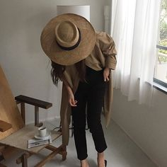 wide brim straw hat and black cropped pants Turbans, Mode Inspiration, Inspiration Fitness, Motivation Inspiration, Fashion Inspiration, Mode Style, Fashion Outfits, Womens Fashion, Her Style