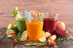 Purify your body with a detox juice recipe! 10 Ideas Have you thought about the impact of dynamic life on health? You have a headache, lack of energy as well as worries with concentration? Unfortunately,... Diet Healthy Juices, Healthy Foods To Eat, Healthy Drinks, Healthy Dinner Recipes, Healthy Skin, Healthy Snacks, Healthy Tips, Menu Detox, Dietas Detox