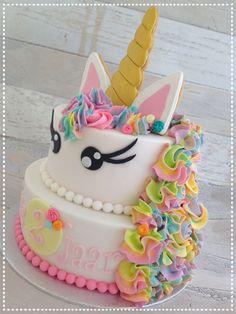 Unicorn cake with rainbow mane. Unicorn taart met oren en hoorn van koek.