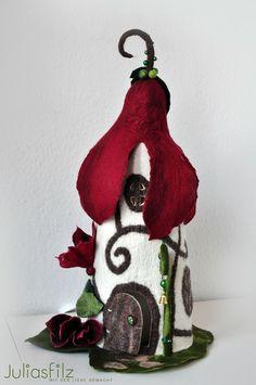 Filz Tischlampe Magnolie-Feen-Haus weinrot, weiß von juliasfilz auf DaWanda.com