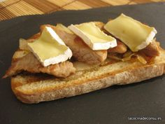 Toast with Iberian pork, caramelized onion and camembert cheese Cheese Recipes, Appetizer Recipes, Appetizers, Queso Camembert, Queso Brie, Tapas Bar, Le Chef, Canapes, Caramelized Onions