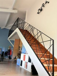 Design metal railing Mikado Toulouse You are in the right place about small Stairs Here we offer you the most beautiful pictures about the small Stairs you are looking for. When you examine the Design Modern Stair Railing, Staircase Handrail, Stair Railing Design, Metal Railings, Stair Decor, Modern Stairs, Escalier Design, Window Grill Design, House Stairs