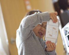 部屋で子供と遊んでいると、棚の奥からPSPを取り出し電源もつけずに遊んでいる見て撮った写真です。(ニックネーム:クッキーさん)