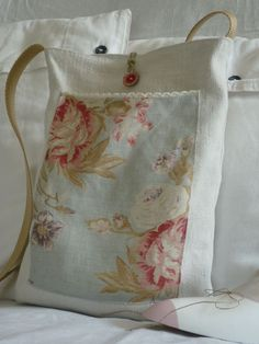 Pretty linen tote bag - no tutorial, pic for inspiration. Sacs Tote Bags, Tote Purse, Fabric Purses, Fabric Bags, Handmade Purses, Linen Bag, Patchwork Bags, Simple Bags, Cute Bags