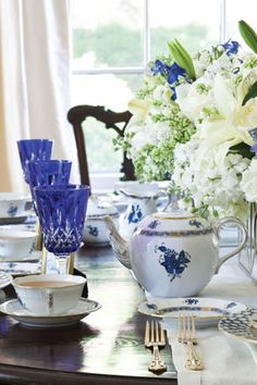 Herend Porcelain Favorite Blue and White Tablescapes -Tea Time Magazine Porcellana Tea Time Magazine, Dresser La Table, White Dishes, Blue Dishes, Beautiful Table Settings, China Patterns, White Decor, High Tea, Afternoon Tea
