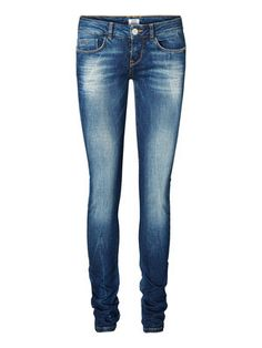 Skinny jeans from VERO MODA. Complete the look with an oversized white tee. #veromoda #jeans #fashion #study #style