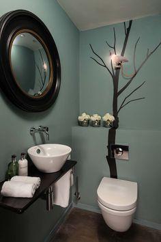 Trois couleurs, un sticker mural et hop… le tour est joué pour ces toilettes modernes