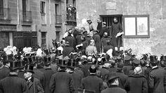 El Rey Alfonso XIII, el 5 de abril de 1910, golpeaba con una piqueta el primer edificio que se iba a derribar para poner en marcha las obras de una avenida «llamada a convertirse en una de las calles más representativas y concurridas de la capital»: la Gran Vía. No estuvieron equivocados