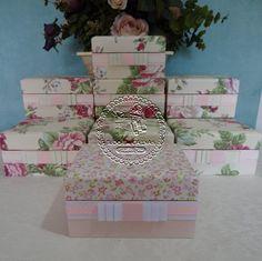 Românticas e delicadas... Assim a Noiva Cristina nos pediu para confeccionar as caixas de suas Madrinhas e Damas...    Floral provence em tons de rosa pálido e baunilha para a forração e ...