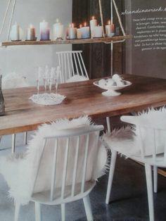 Gaten in plank boren, dik touw erdoor en boven tafel hangen met veel kaarsen erop.